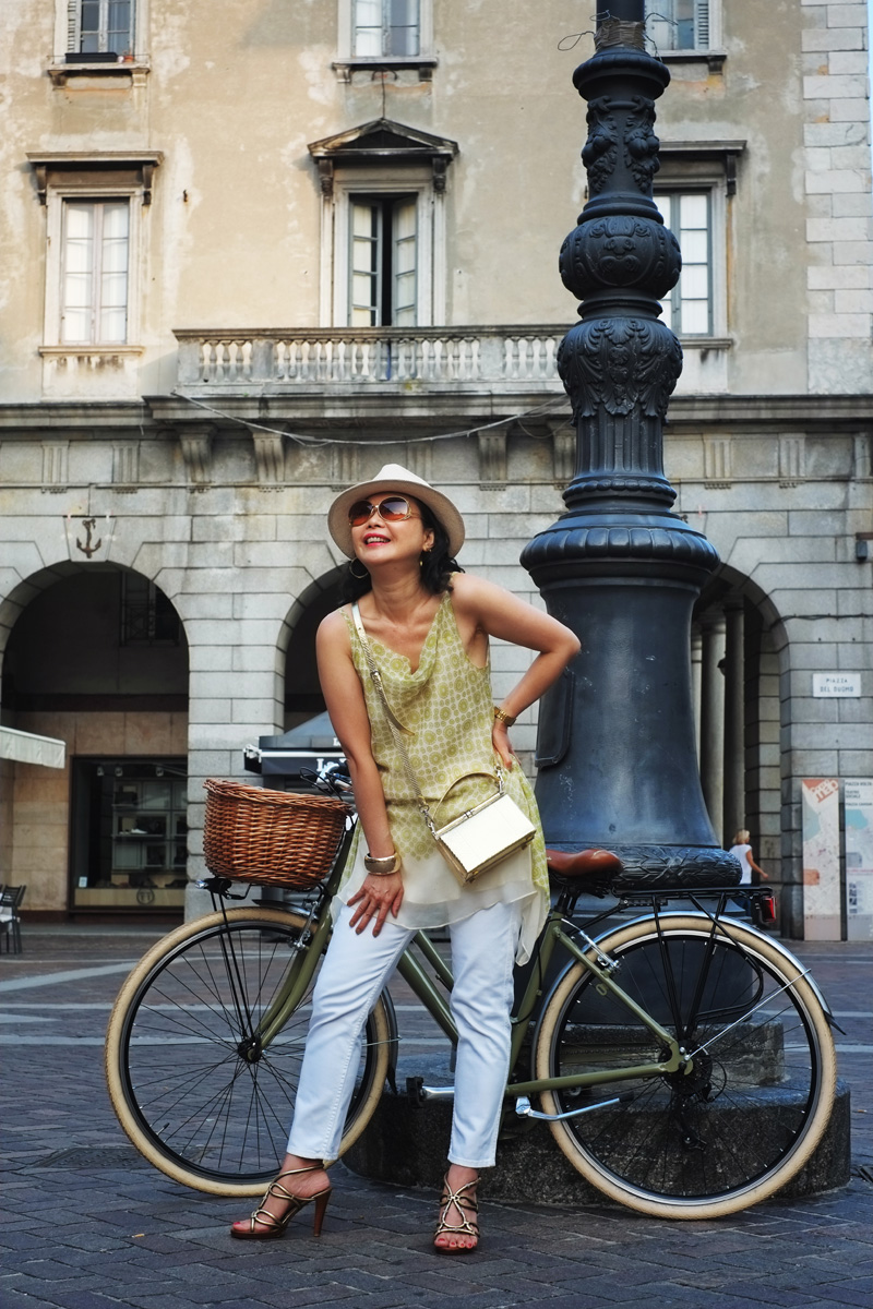 'The Girl with Her Vintage Bike' - Como cycling street fashion.