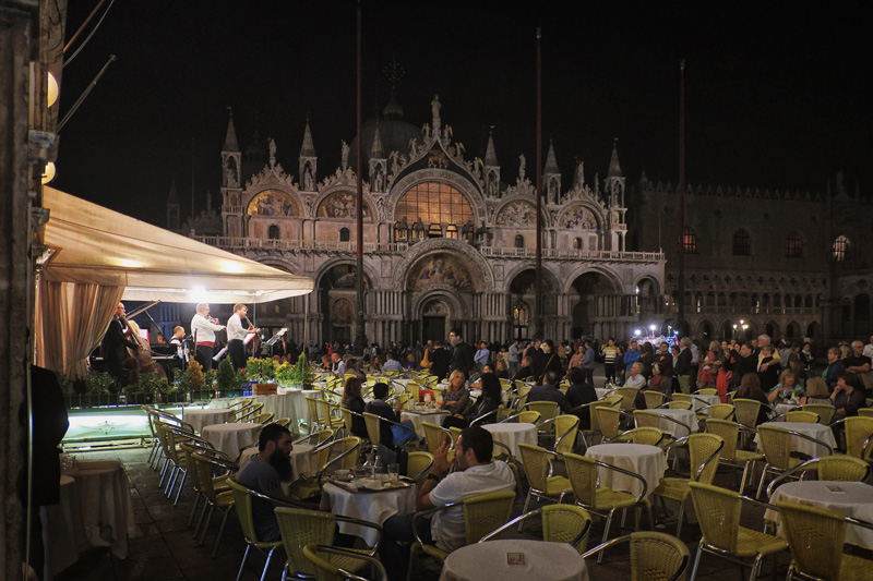Venice travel tips. Things to do at the Piaaz San Marco.