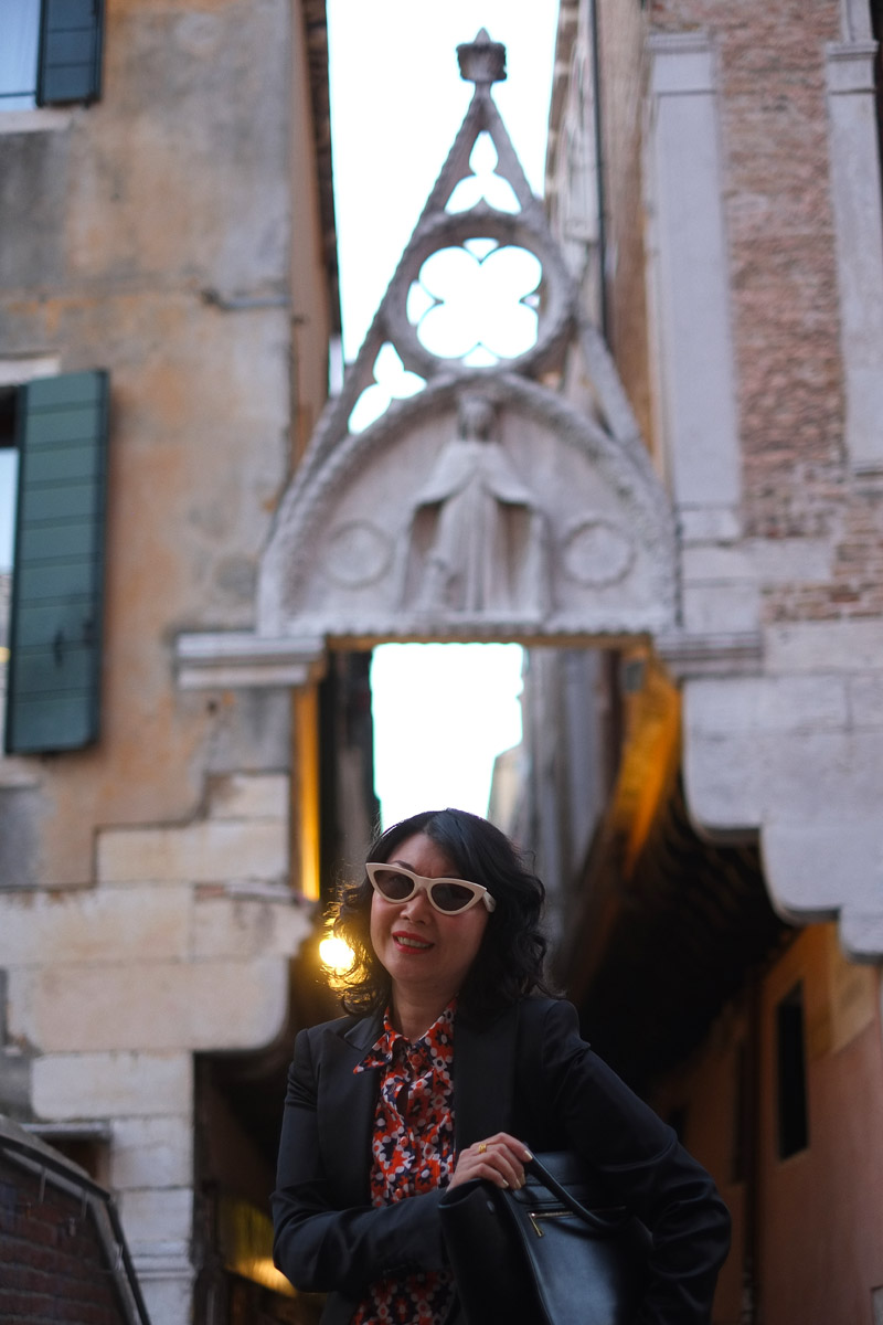 Above Ponte del Paradiso's southern doorway lies the Gothic-style Arco del Paradiso. Venice food guide and Barbacani Restaurant review by White Caviar Life.